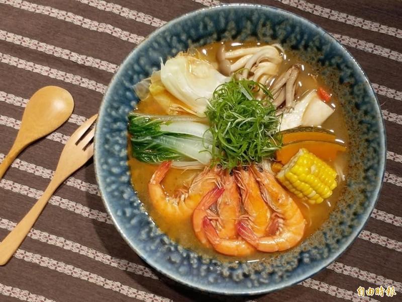 霧峰民生故事館「農學食堂」近來下午茶時間新推出麻油鮮蝦蔬菜麵線。(記者陳建志翻攝)