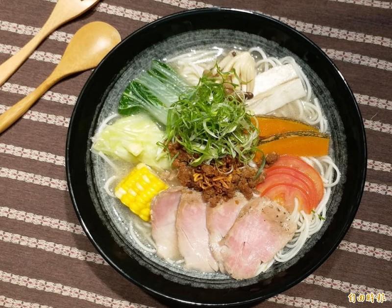霧峰民生故事館「農學食堂」近來下午茶時間新推出豚骨鮮蔬湯麵。(記者陳建志翻攝)