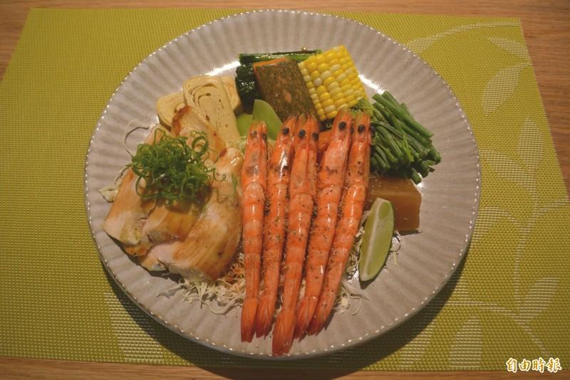 霧峰民生故事館農學食堂標榜無菜單料理,每套480元的海陸故事餐,除了有豬肉、蝦子,還搭配有機蔬菜。(記者陳建志攝)