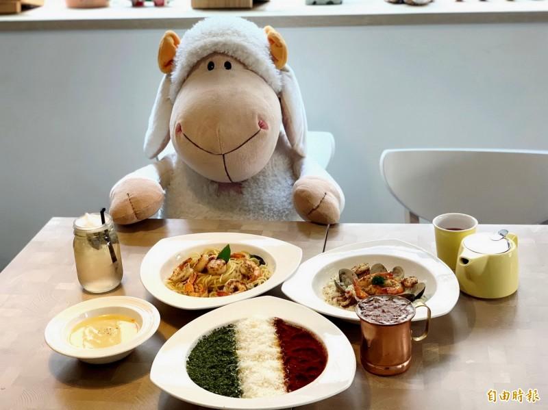 店內的玩偶常被客人拿來與餐點一起入鏡。(記者張菁雅攝)