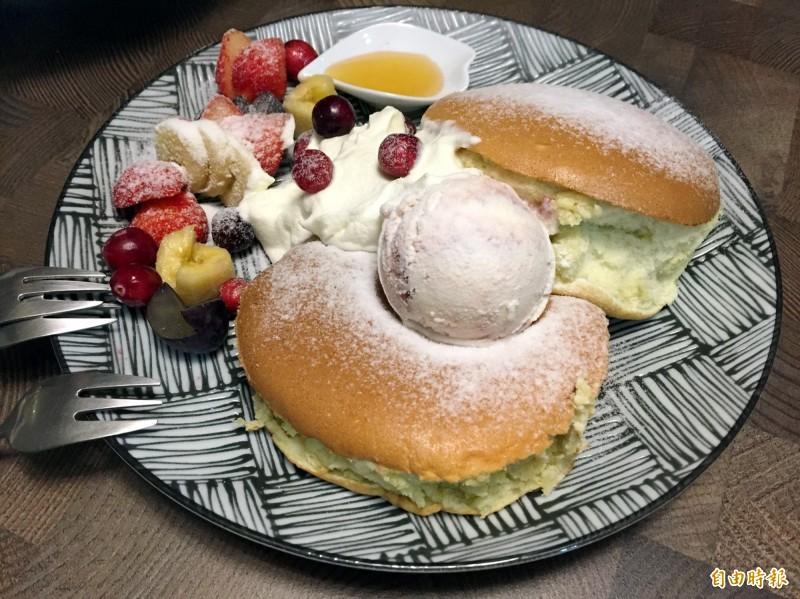 水果熱蛋糕有各種水果、冰淇淋及舒芙蕾(記者張菁雅攝)
