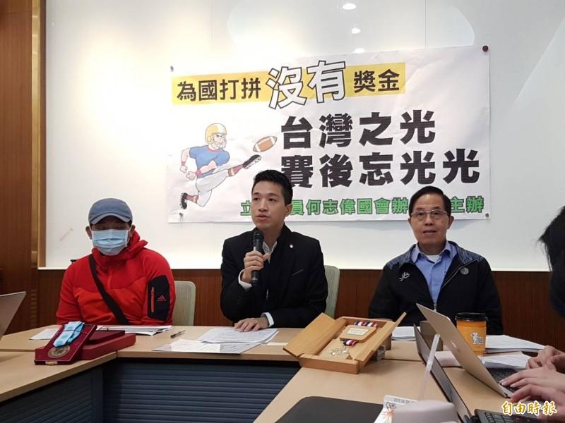 民進黨立委何志偉(中)今召開記者會,邀請體育署副署長王水文(右)及陳情人(左)與會。(記者謝君臨攝)