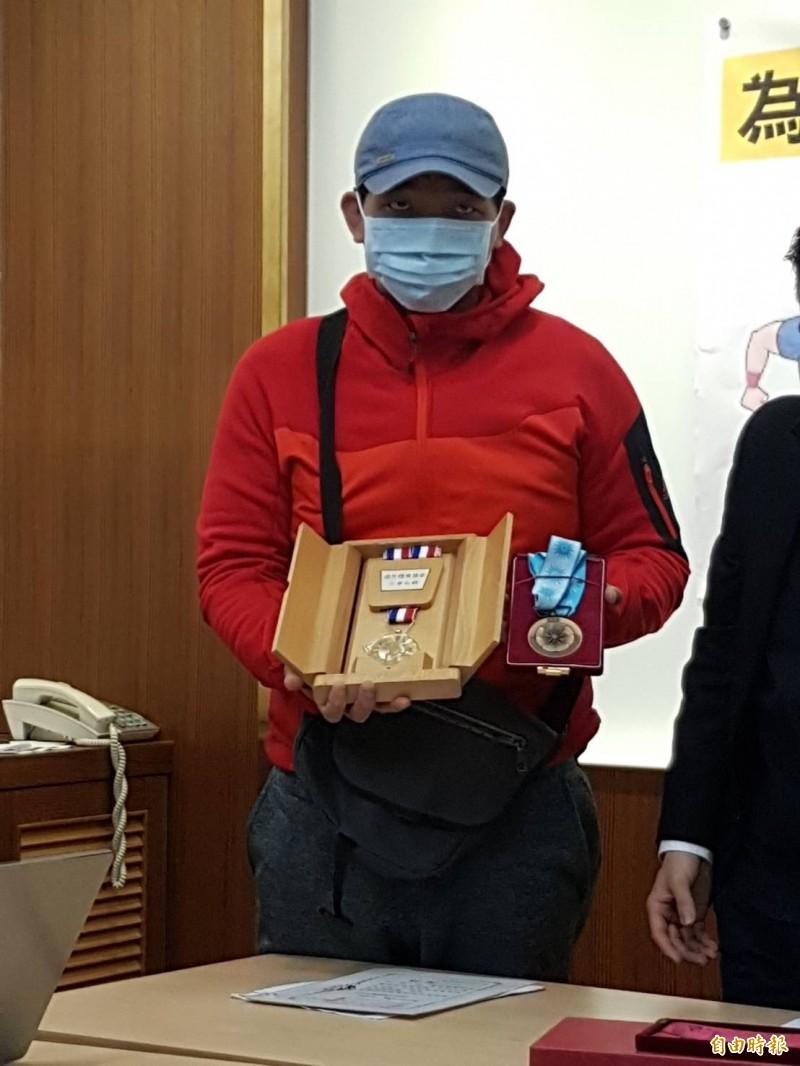 陳情人於2000年代表國家參加第17屆亞洲杯橄欖球賽,順利拿下第3名。(記者謝君臨攝)