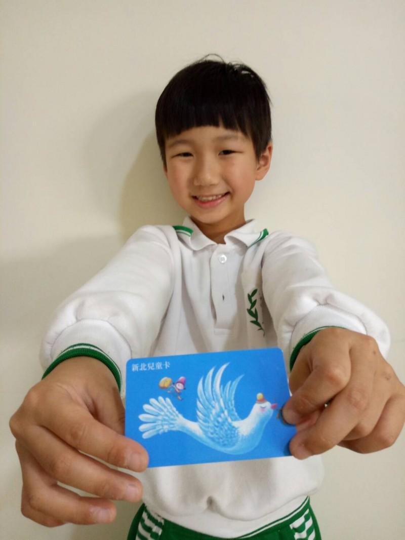 新北市兒童憑新北兒童卡在清明連假期間搭乘淡海輕軌,可加碼領取1張特製版貼紙。(新北捷運公司提供)