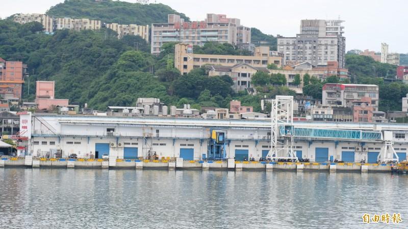 基隆港西2碼頭除了作為旅客候船大廳,還規劃文創及商業空間,今年11月底將有空中綠廊。(記者林欣漢攝)