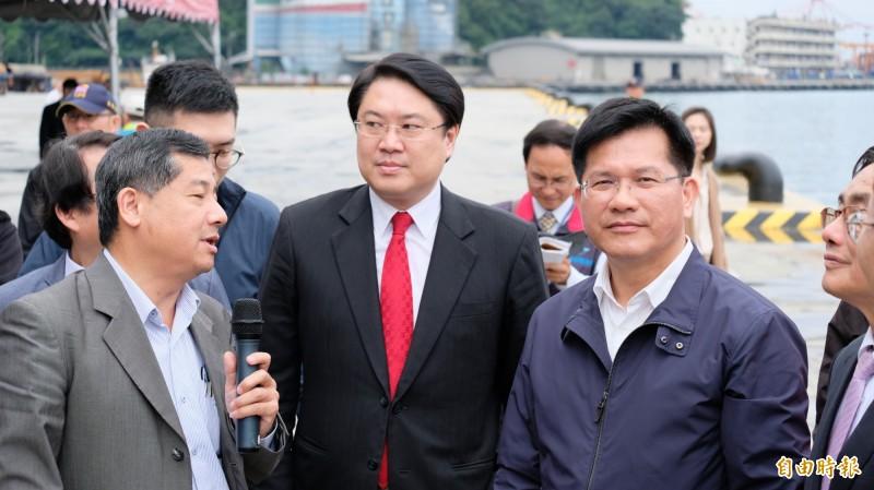 林佳龍(右)視察基隆港相關建設,為基隆市長林右昌(中)背書力挺。(記者林欣漢攝)