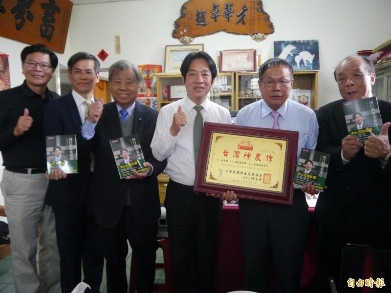 行政院前院長賴清德(右三)參訪台中市外埔區高登牧場。(記者張軒哲攝)