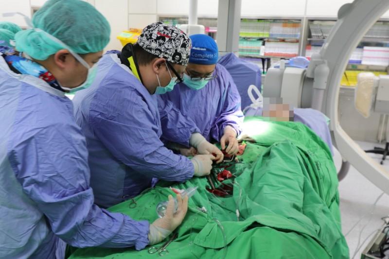 民眾出現心肌梗塞,醫療團隊在最短時間內置放葉克膜搶救。圖非當事人。(記者陳建志翻攝)