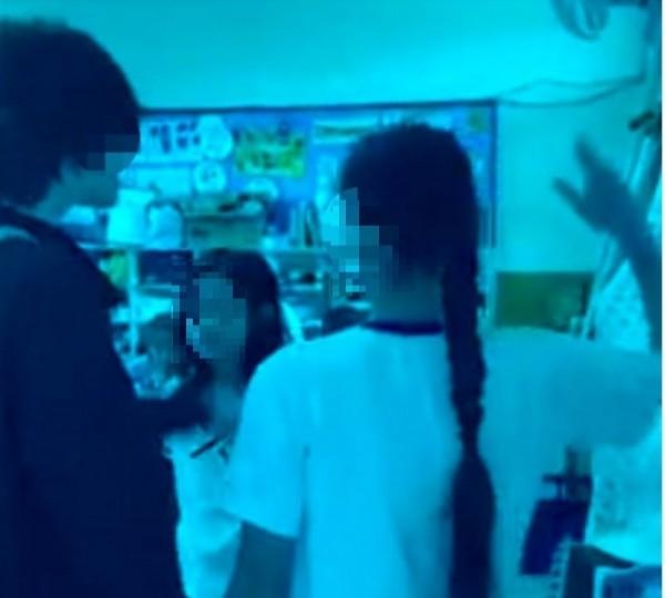 張姓母親的小四女兒(右舉手者)到女同學的班上對她甩耳光,回敬兩年前的巴掌債。(記者王俊忠翻攝)