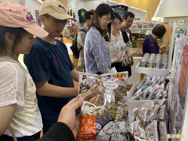 文化局開發「天后豌豆酥」創意主題限定商品,趕上清明連假上架搶市。(記者洪瑞琴攝)