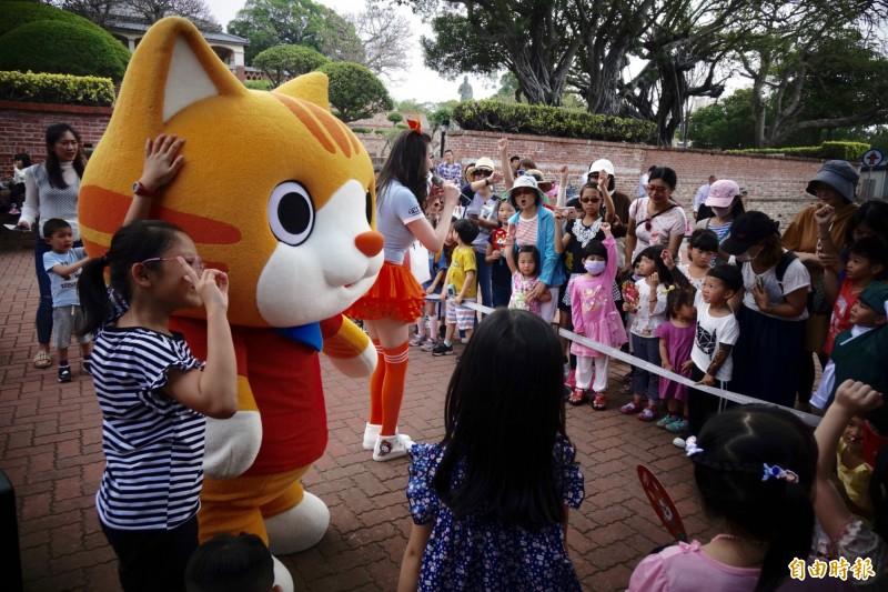 「小貓巴克里」和民眾相見歡。(記者洪瑞琴攝)