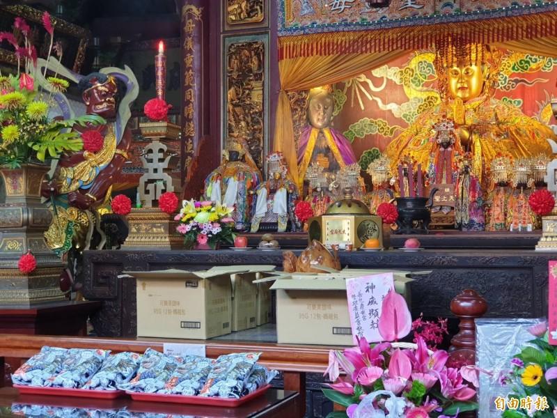 南市文化局為「天后豌豆酥」上市宣傳時,選在台南天后宮祈求祝福。(記者洪瑞琴翻攝)