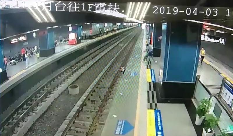 視障旅客搭火車,不慎摔落鐵軌。(記者陳文嬋翻攝)