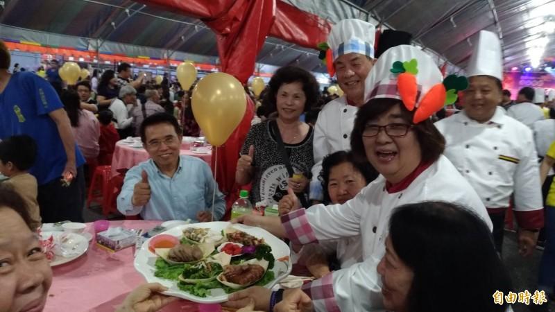 羅東吃拜拜今晚開桌,羅東鎮長吳秋齡(右)為大家上菜。(記者江志雄攝)
