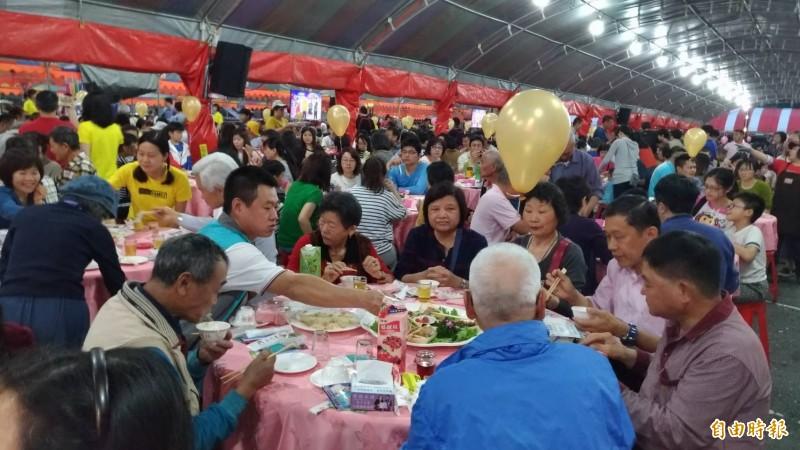 羅東吃拜拜席開540桌,湧入5000多名食客。(記者江志雄攝)
