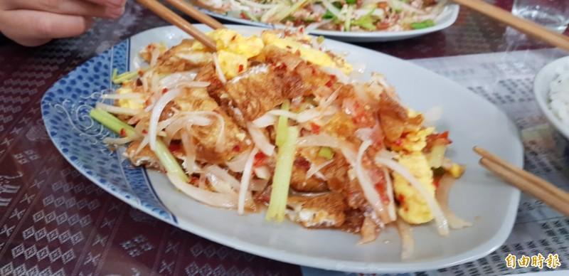 位於基隆市六堵工業區的通通泰式料理,有許多好吃的泰式料理;圖為夏天熱門的涼拌荷包蛋。(記者俞肇福攝)