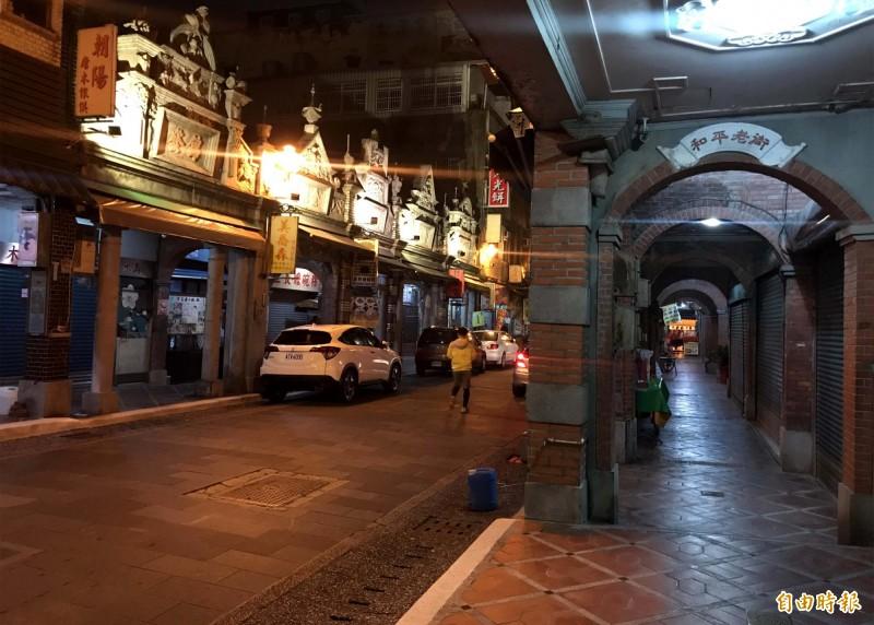 入夜後的大溪老街,別有一番風情。(記者李容萍攝)