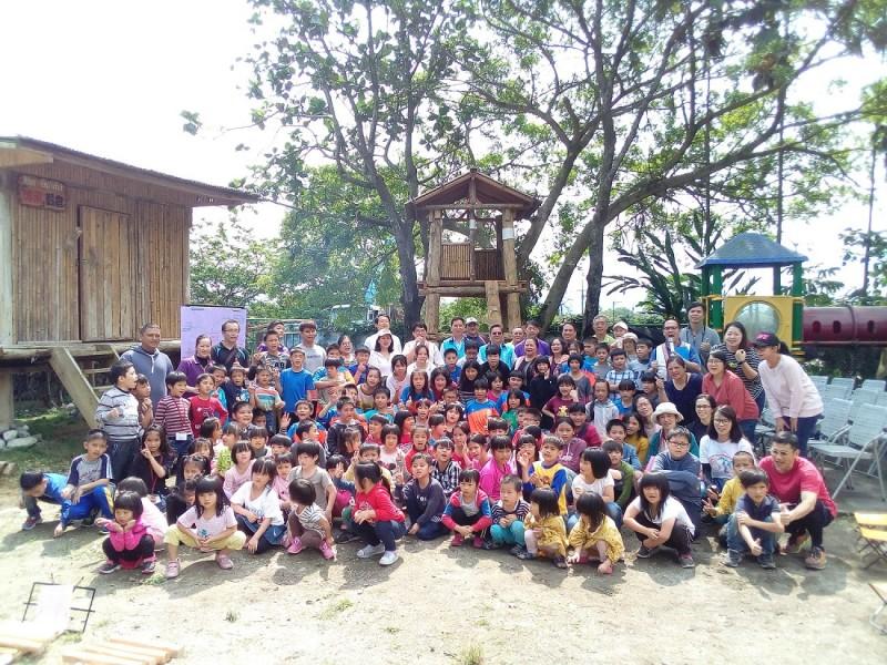 西林國小學童及部落族人開心與6公尺高的瞭望台合影。(花蓮林管處提供)