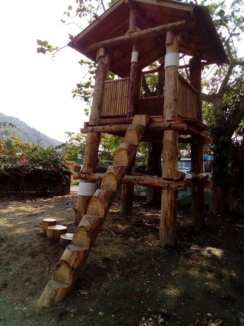 花蓮西林國小的太魯閣族傳統瞭望台,以柳杉、台灣杉等疏伐木建造而成。(花蓮林管處提供)