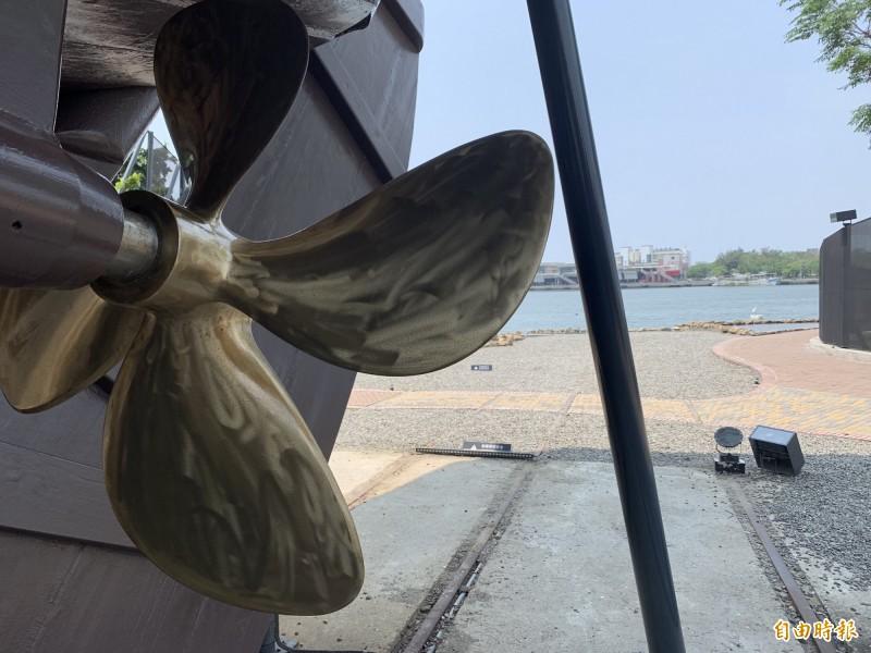 站在台灣船船身前,是最佳取景角度。(記者洪瑞琴攝)