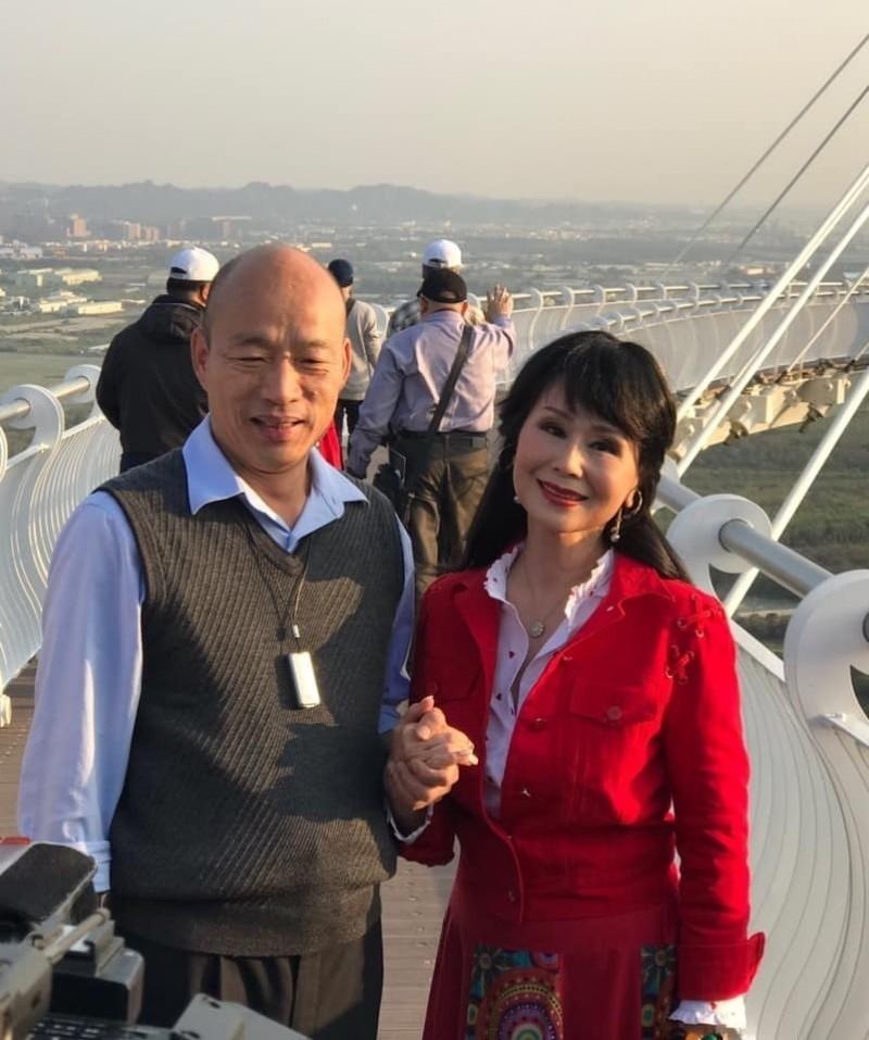 68歲的資深藝人張琍敏(右),不諱言自己是韓粉(取自臉書)