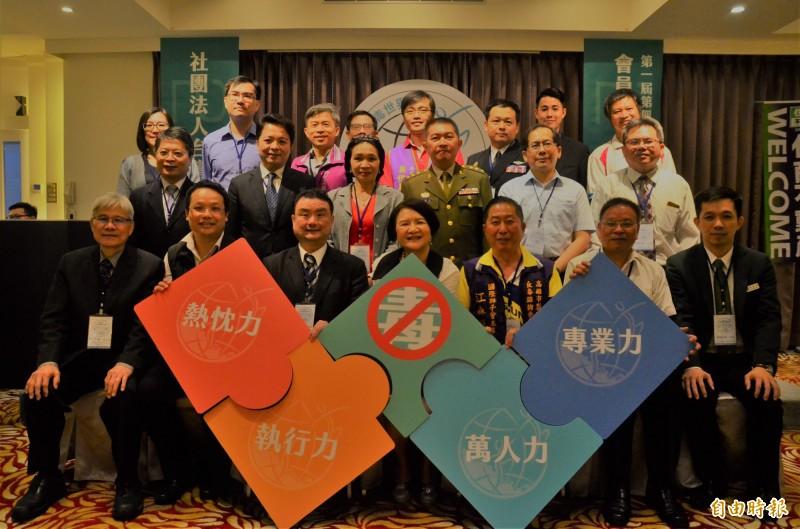 台灣無毒世界協會理事長吳玉珍(前排中)、廉政協會劉承武檢察官(左3)等人為戒毒者打氣。(記者黃旭磊攝)