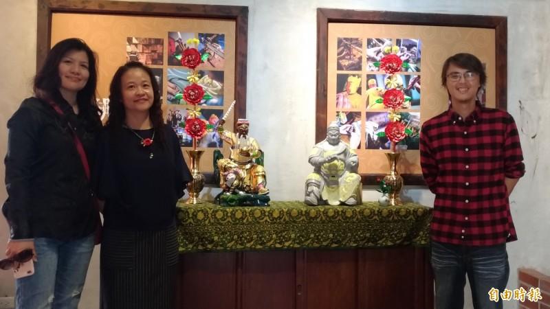 雲林記憶Cool媽祖文化展開展,說書人李漢鵬(右)現場導覽。(記者廖淑玲攝)