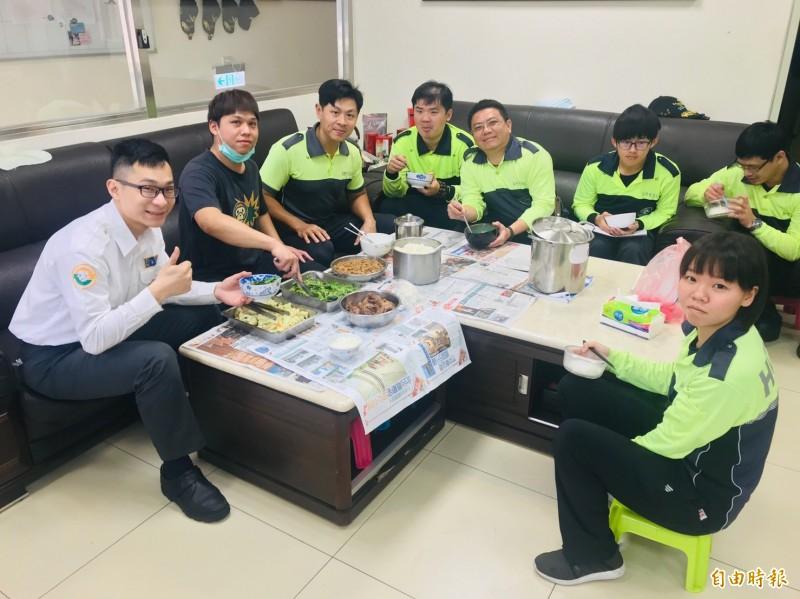 新竹市消防局今年增聘3名專業廚工,提供打火兄弟豐盛的餐點菜色,也讓打火兄弟吃得飽足又營養。(記者洪美秀攝)