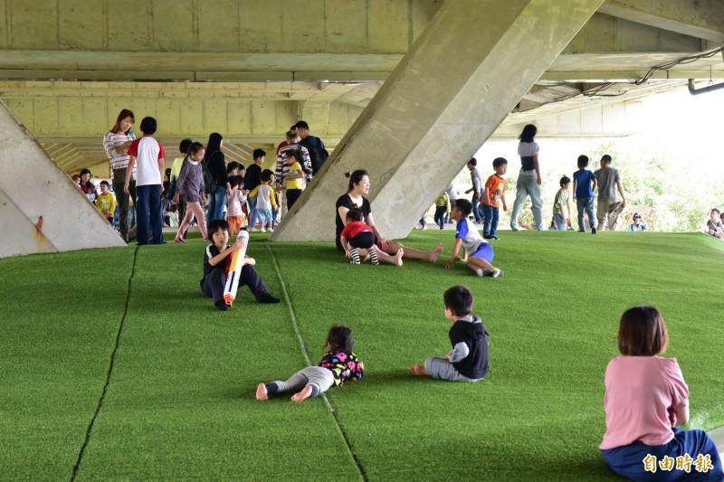 冬山火車站下方遊憩空間,頗受親子喜愛,加上綠博舉辦期間,遊客數量眾多。(記者張議晨攝)