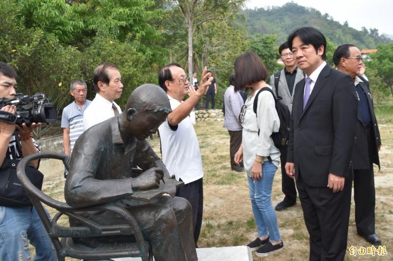 前行政院長賴清德(右)今天下午參訪「台灣現代文學之父」鍾理和文學紀念館,凝望鍾理和塑像。(記者蘇福男攝)