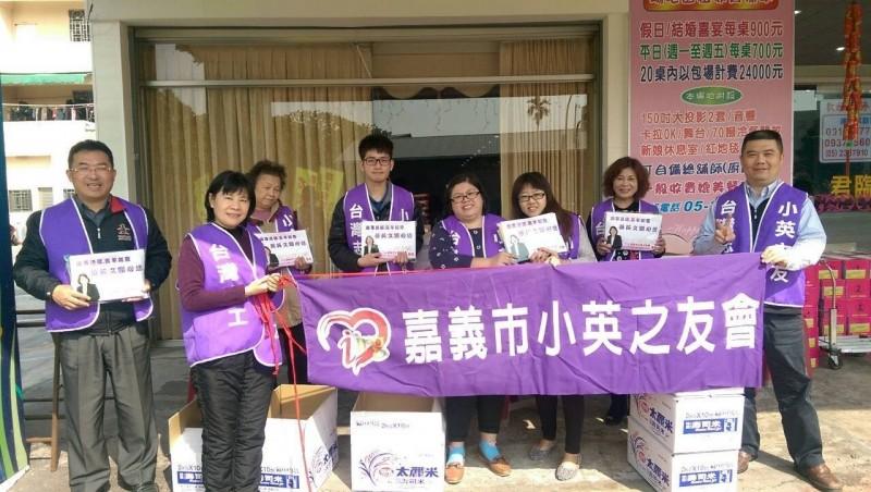 林煒軒(左四)參與嘉義市小英之友會,對蔡英文很支持。(林煒軒提供)