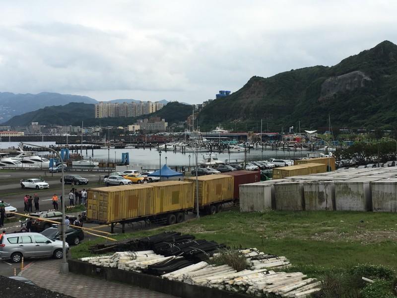 海巡署宜蘭查緝隊等單位今天在基隆市碧砂漁港查獲8只20呎貨櫃,櫃內全是一箱箱中國福建中烟公司生產的未稅香菸。(記者林嘉東攝)(記者林嘉東攝)