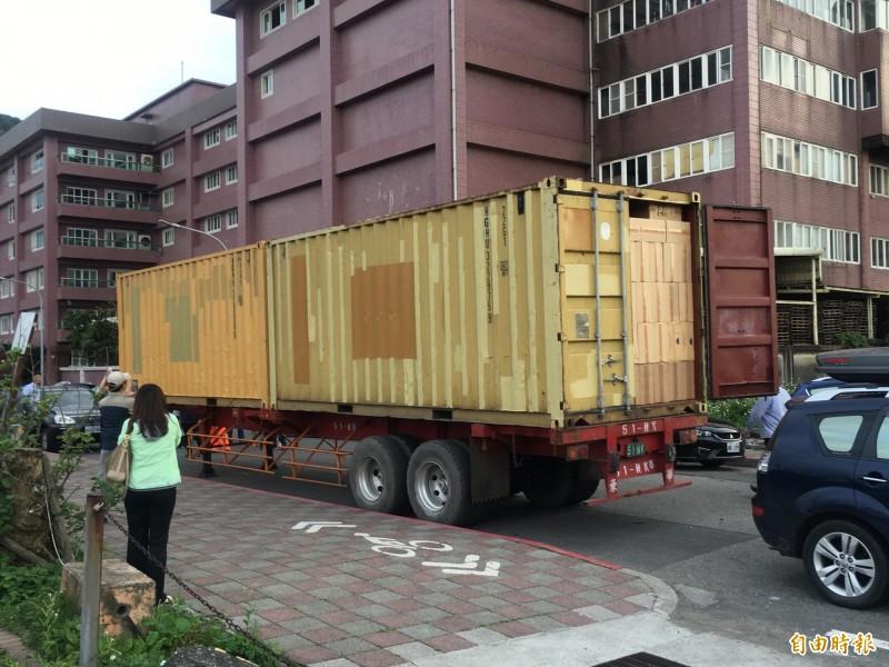 海巡署宜蘭查緝隊等單位今天在基隆市碧砂漁港查獲8只20呎貨櫃,2個貨櫃由一個拖車頭拖運,其中有2個拖車頭見苗頭不對,撇下私菸櫃落跑。(記者林嘉東攝)