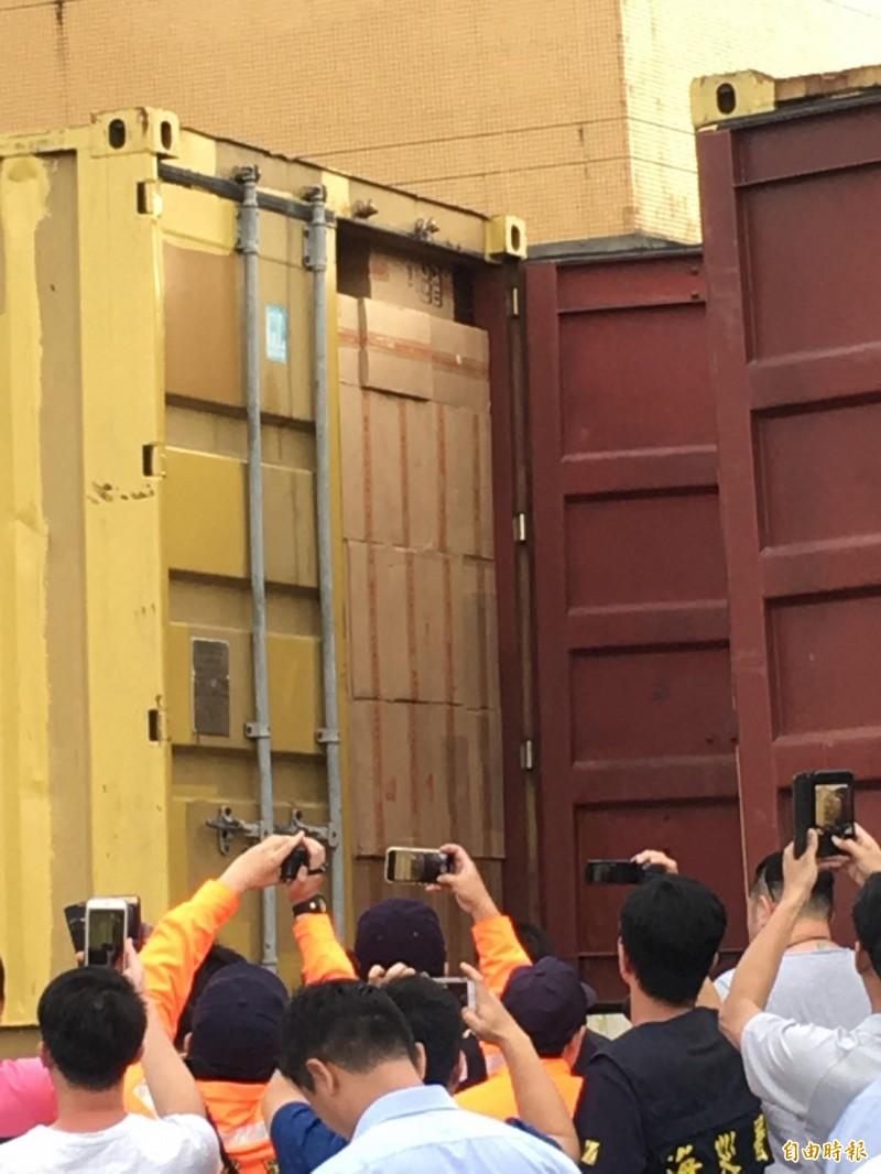 海巡署宜蘭查緝隊等單位今天在基隆市碧砂漁港查獲8只20呎貨櫃,櫃內全是一箱箱中國福建中烟公司生產的未稅香菸。(記者林嘉東攝)