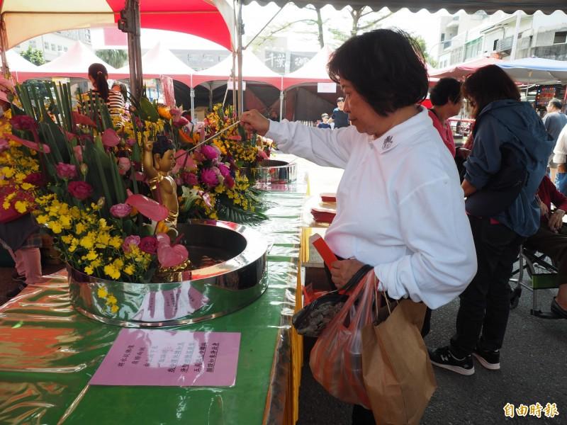 台東縣佛教會今天結合縣內佛教團體、寺院舉辦浴佛嘉年華園遊會。(記者王秀亭攝)