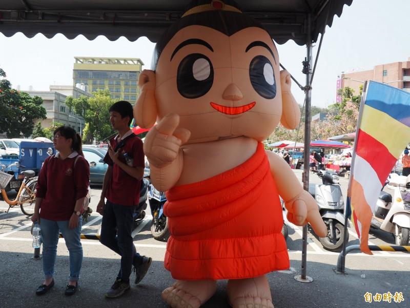 浴佛嘉年華園遊會出動Q版佛教人偶很吸睛。(記者王秀亭攝)