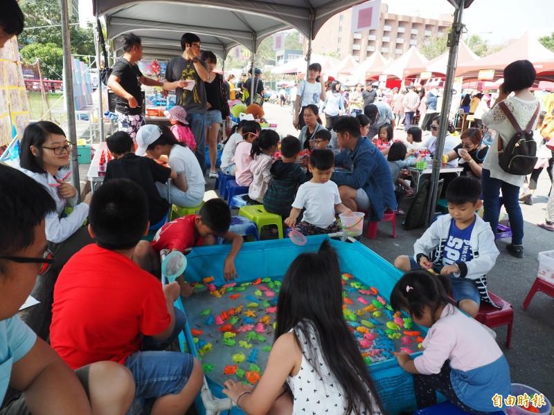 園遊會有各式攤位,不乏讓親子玩個夠的夜市攤位。(記者王秀亭攝)