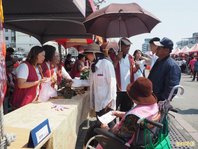 園遊會上各式攤位義賣食品、物品,吸引民眾選購。(記者王秀亭攝)
