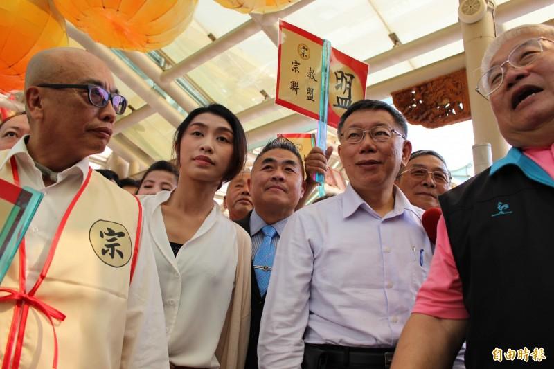 台北市長柯文哲(右2)今天下午參拜台灣護聖宮。(記者張聰秋攝)
