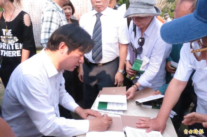 賴清德今日參加台中公園行動公義教會聚會,不少民眾請他簽書。(記者蘇孟娟攝)