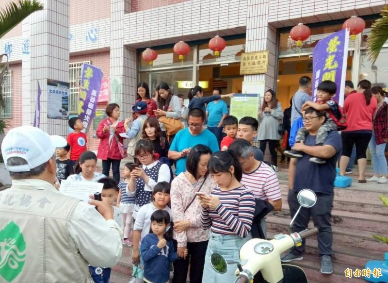 南投縣鹿谷鄉螢火蟲季活動,民眾參與十分踴躍。(記者謝介裕攝)