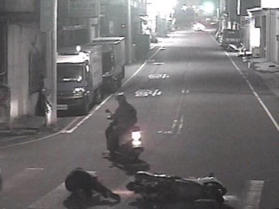 張男緊急剎車連人帶車摔倒在地受傷。(記者許國楨翻攝)