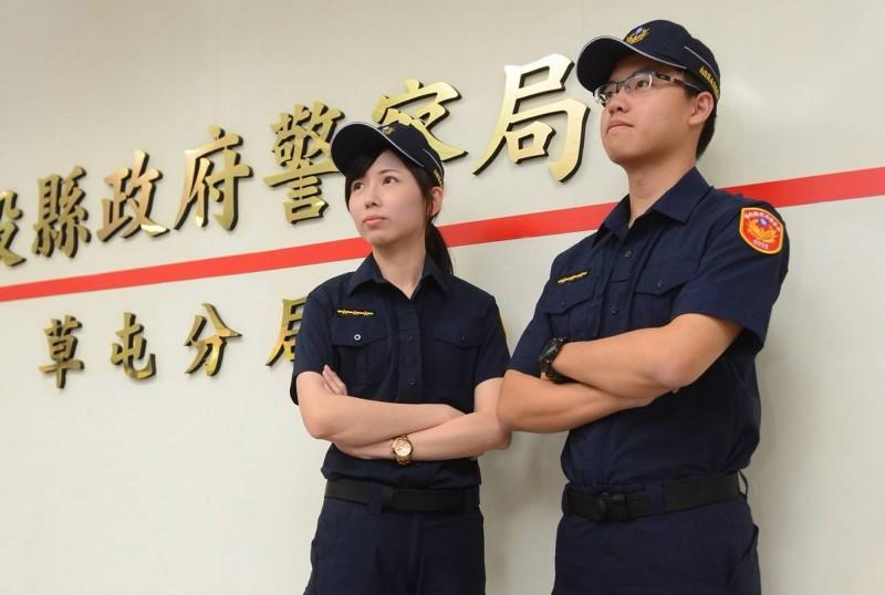 草屯警分局男女員警有麻豆身材和架勢,示範新制服超有型。(草屯警分局提供)