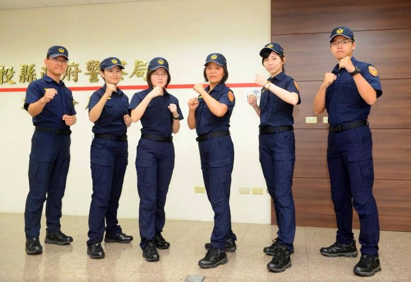 草屯警分局長潘金葉(右3)親率員警示範夏季新制服。(草屯警分局提供)