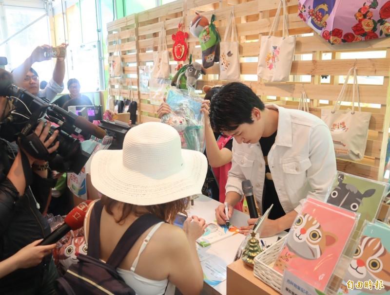 藝人邵翔到台中花博擔任一日店長,粉絲趁機要簽名。(記者歐素美攝)