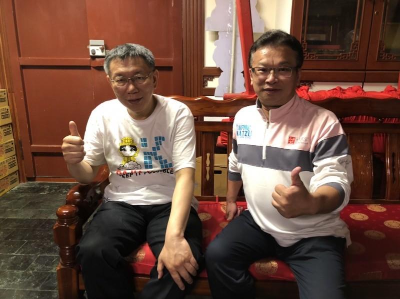 福興宮董事長楊文鐘深夜迎接柯文哲的到來。(記者詹士弘翻攝)