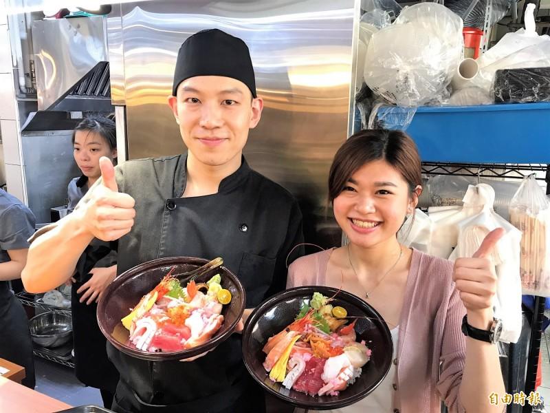 坐鎮峰鮨壽司的主廚「阿峰師」(左)擁有真材實料,不用媒體宣傳,每到用餐時間座無虛席。(記者林欣漢攝)