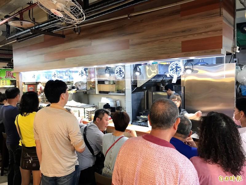 「峰鮨壽司」甫營運滿月已吸引大批老饕朝聖,用餐時間座無虛席。(記者林欣漢攝)