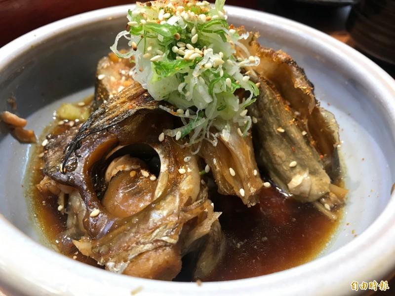 「魚頭荒燒」將整條香魚與特製醬汁一起燜煮,做工繁複。(記者林欣漢攝)