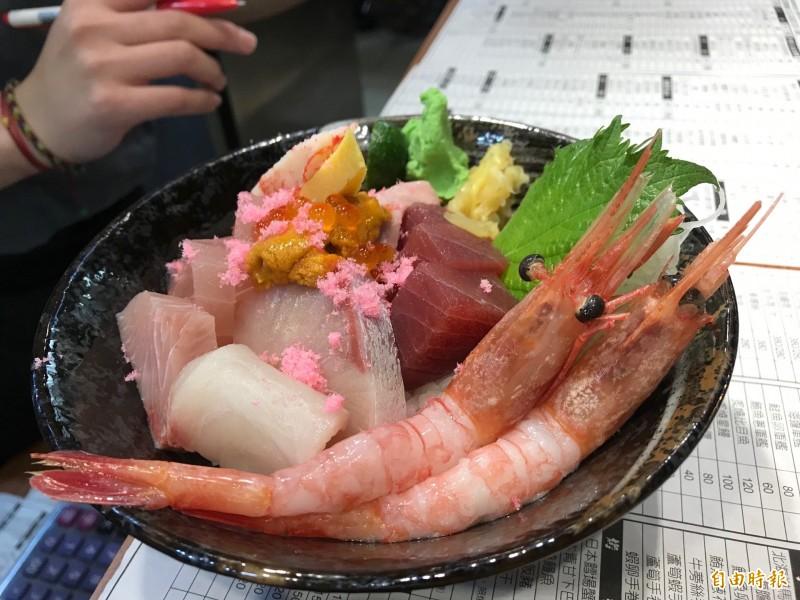 海鮮丼令人食指大動。(記者林欣漢攝)